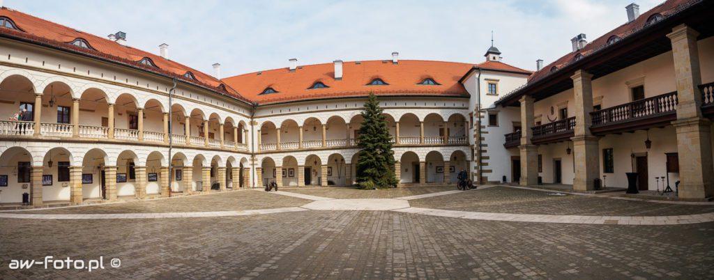 Zamek w Niepołomicach - dziedziniec zamkowy