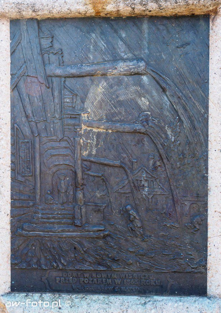 Płaskorzeźby obok figury św. Floriana w Nowym Wiśniczu