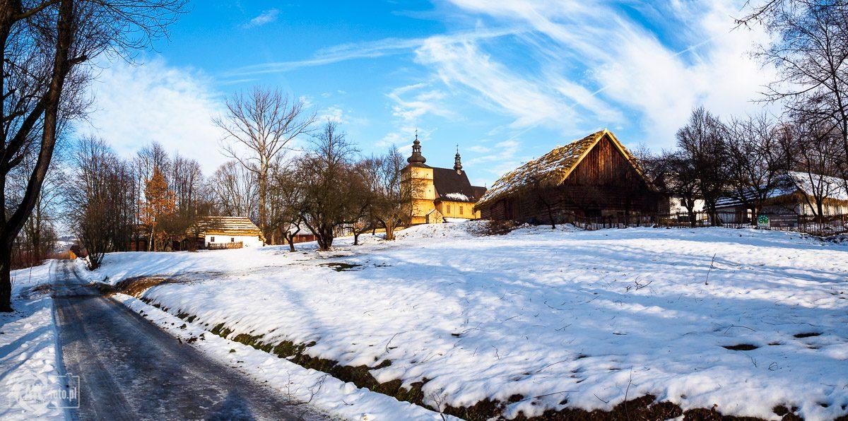 Sądecki Park Etnograficzny - kościół z Łososiny Dolnej - wieś 2