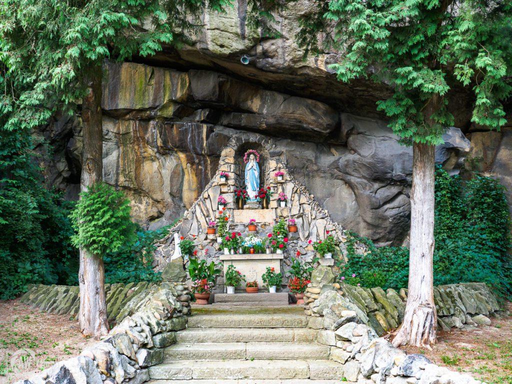 Tropie - Grota Matki Boskiej w skale