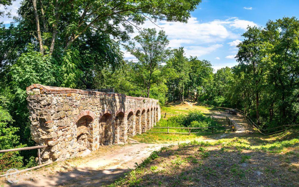 Zamek w Melsztynie - arkadowe mury obronne