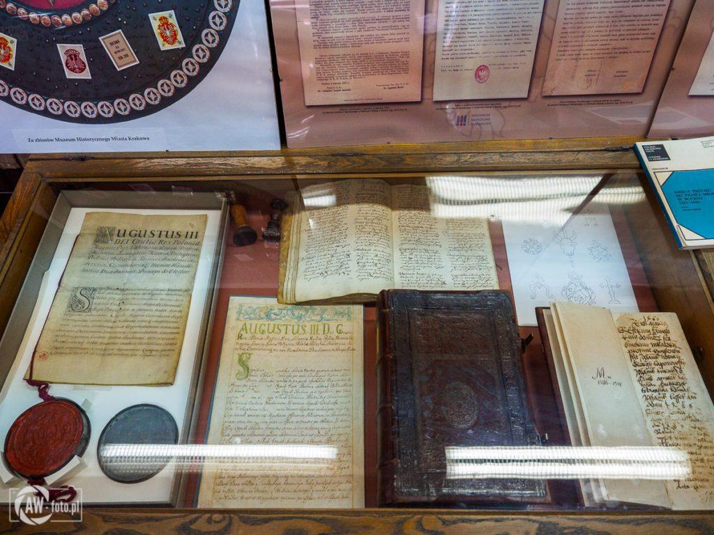 Archiwum Państwowe w Bochni - gabloty z dokumentami dotyczącymi miasta