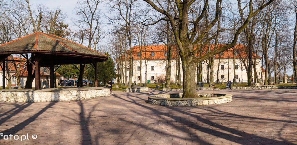 Widok na park i zamek w Niepołomicach